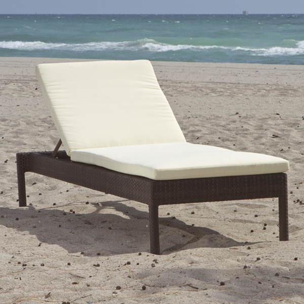 Bayside woven wicker chaise lounge by leisure select family leisure - Chaise design confortable ...
